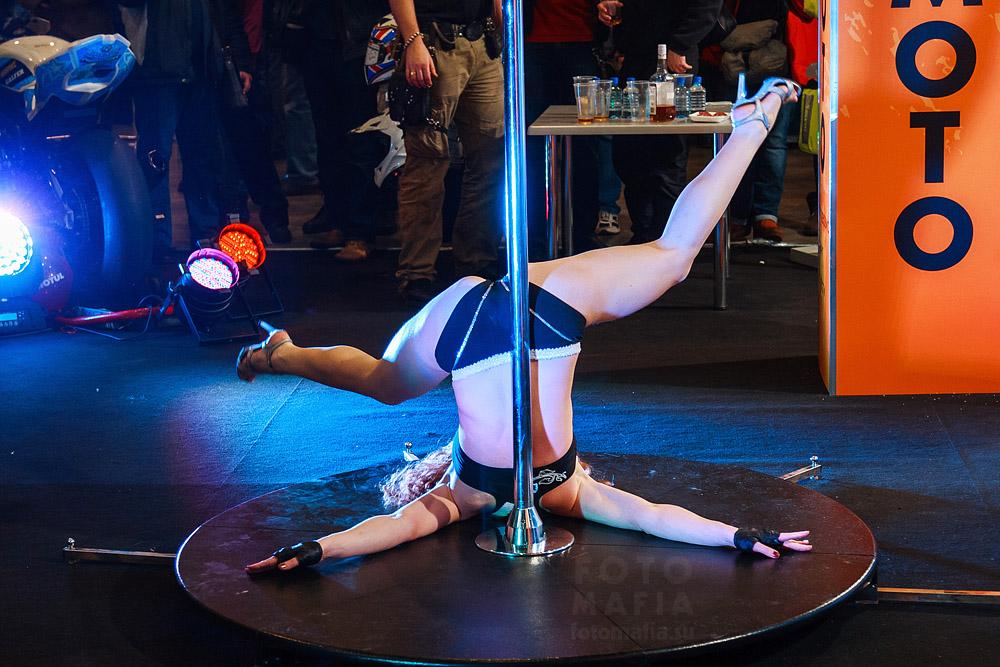 Девушка танцует на шесте на выставке Мото Парк 2013