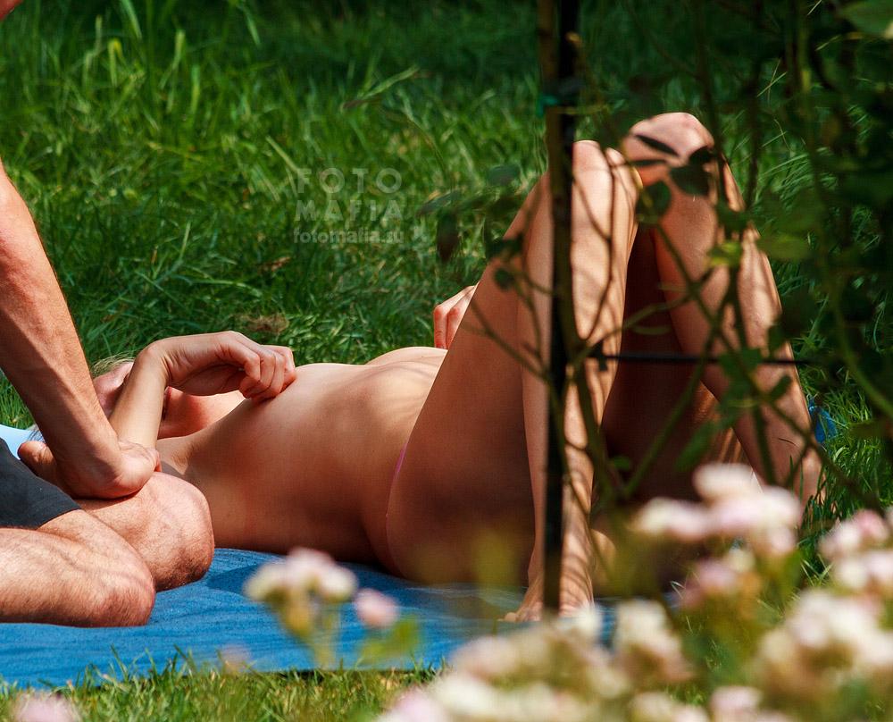 Девушки загорают голыми в парке