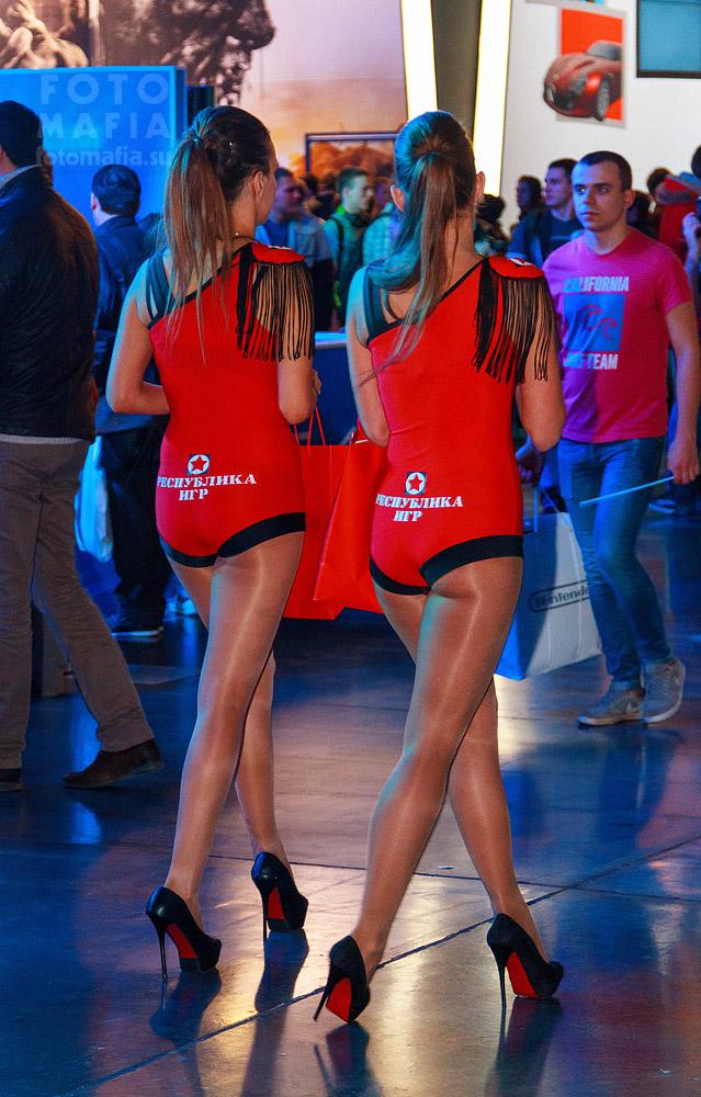 Девушки в колготках на каблуках