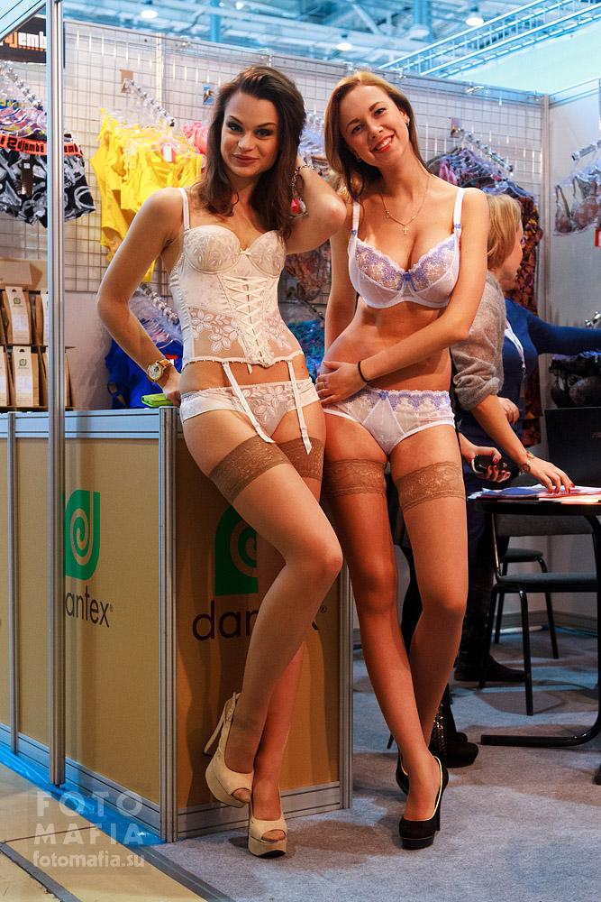 Девушки в чулках и нижнем белье