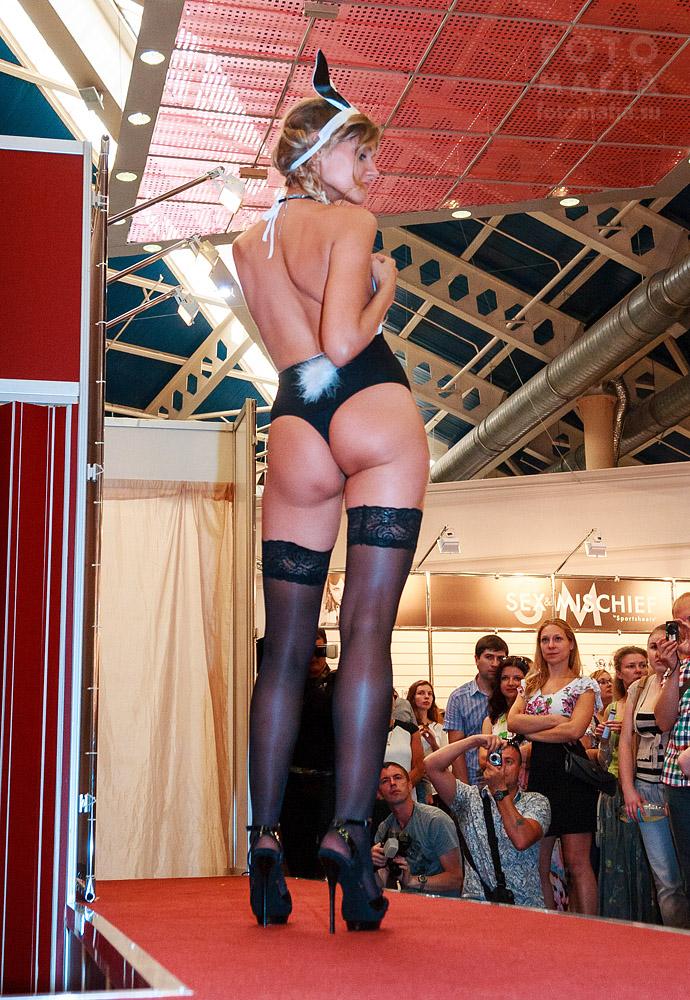 Девушка в чулках на каблуках X'show 2013