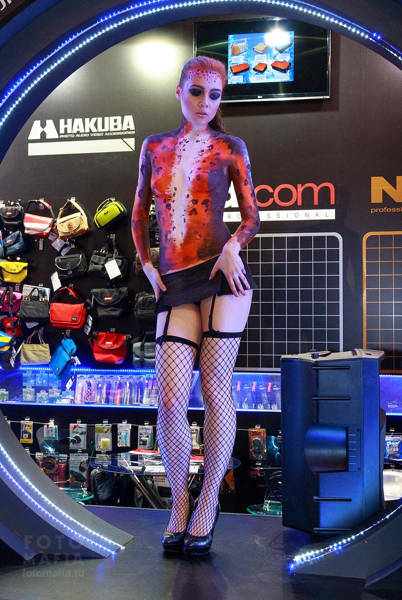 Полуголая раскрашенная девушка на выставке Фотофорум 2013