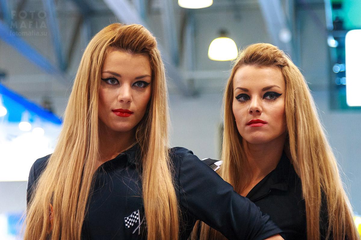 Модели близняшки на выставке Фотофорум 2013