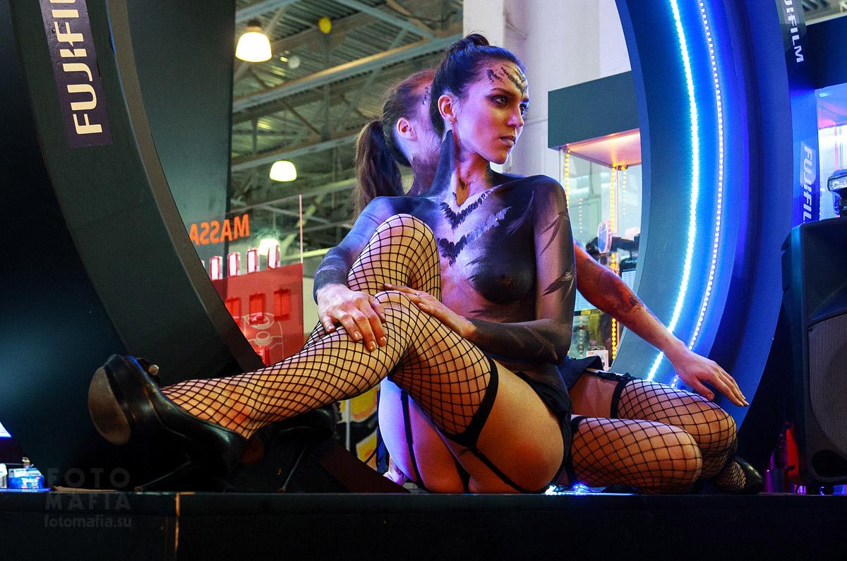 Девушка в чулках на выставке фотофорум 2013