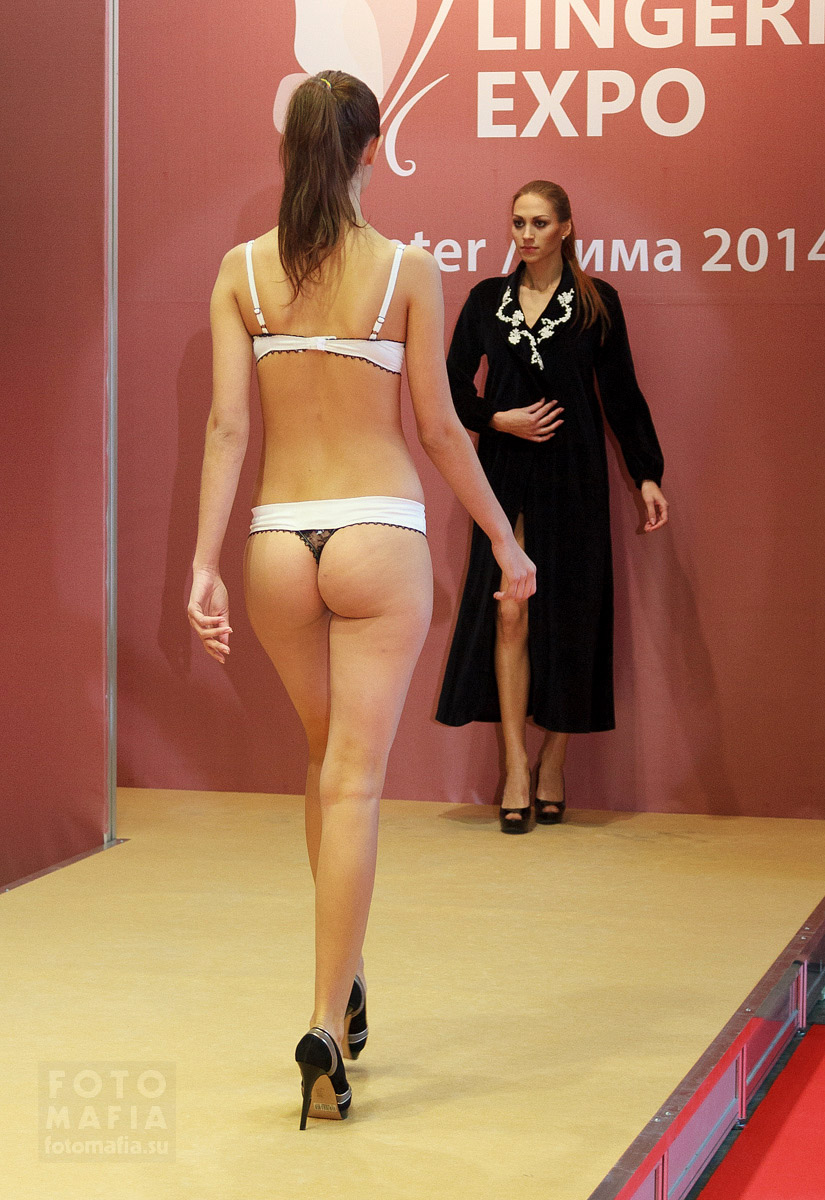 Девушка Lingerie-Expo в нижнем белье