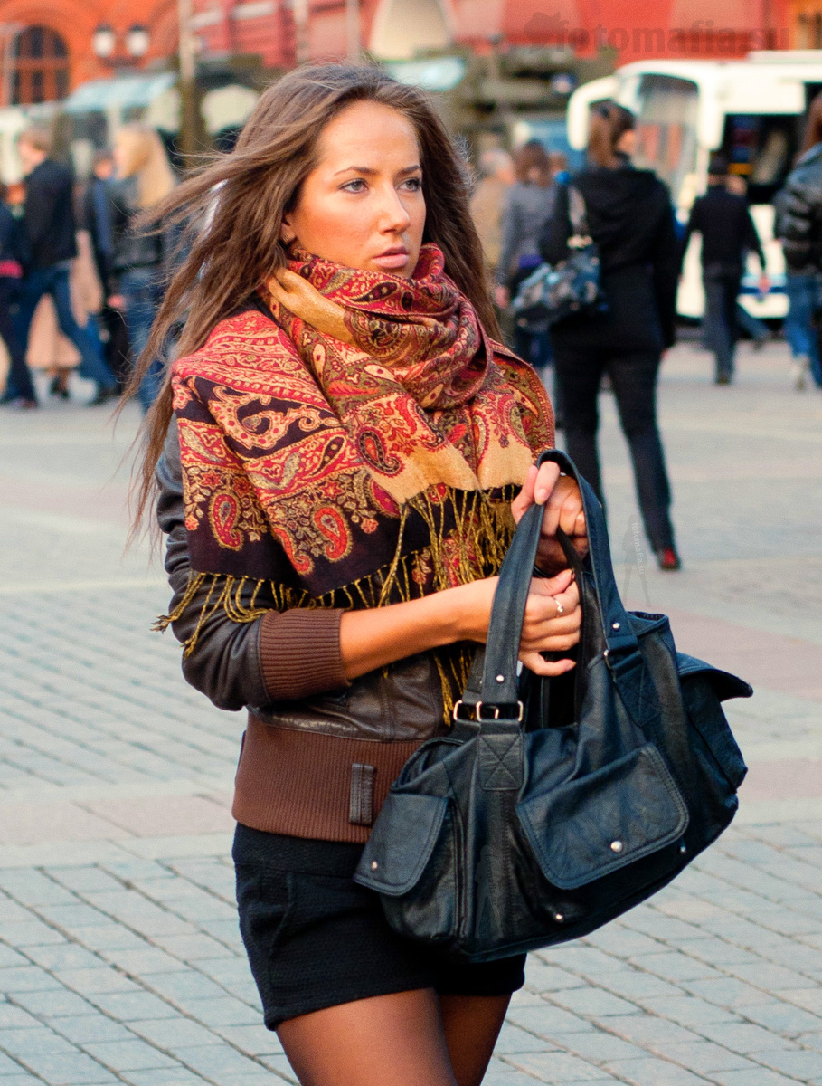 Фото девушек на улице в юбках колготках 23 фотография