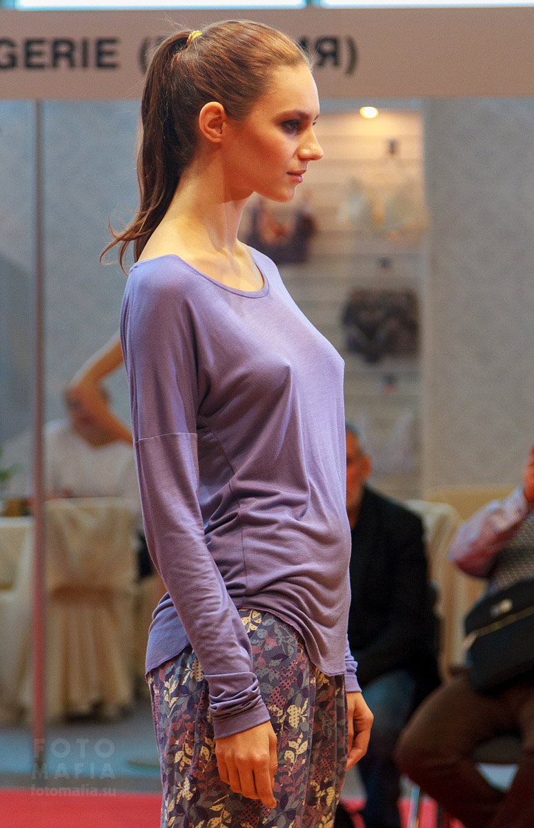 Модель на показе без лифчика под одеждой