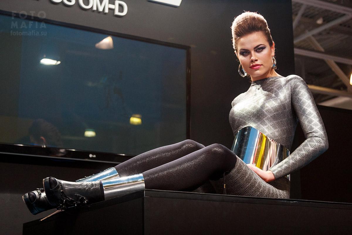 Девушка модель olympus на выставке фотофорум 2013