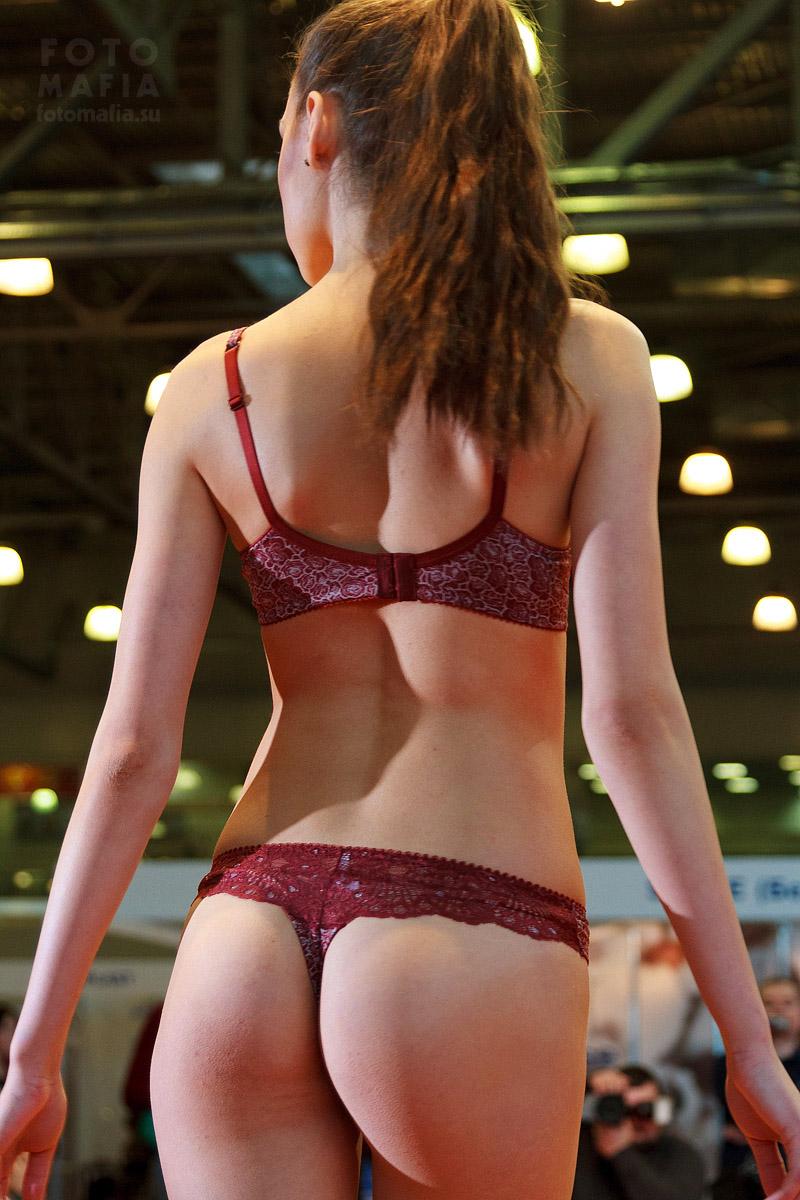 Девушка в нижнем белье на показе Lingerie-Expo