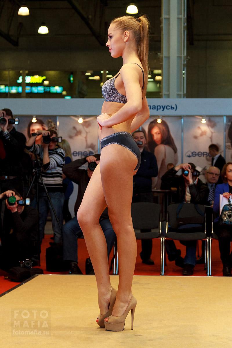 Девушка на показе нижнего белья Lingerie-Expo 2014