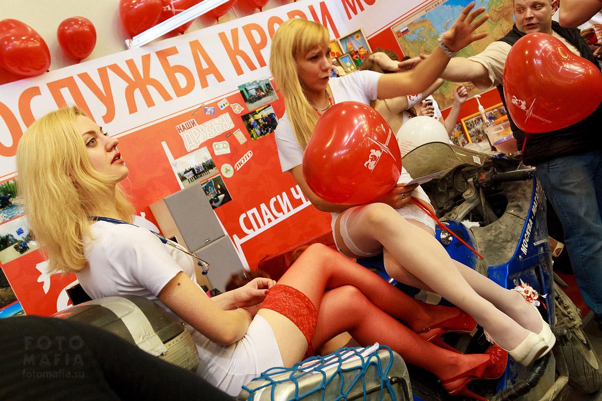 Девушки в чулках на выставке