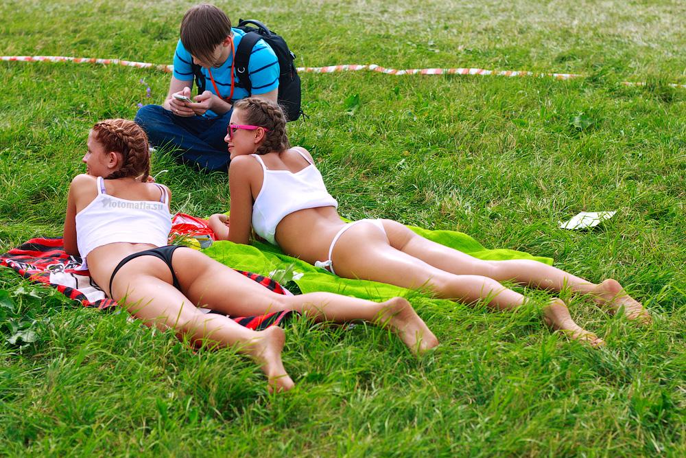 фото девушки лежащей попой кверху