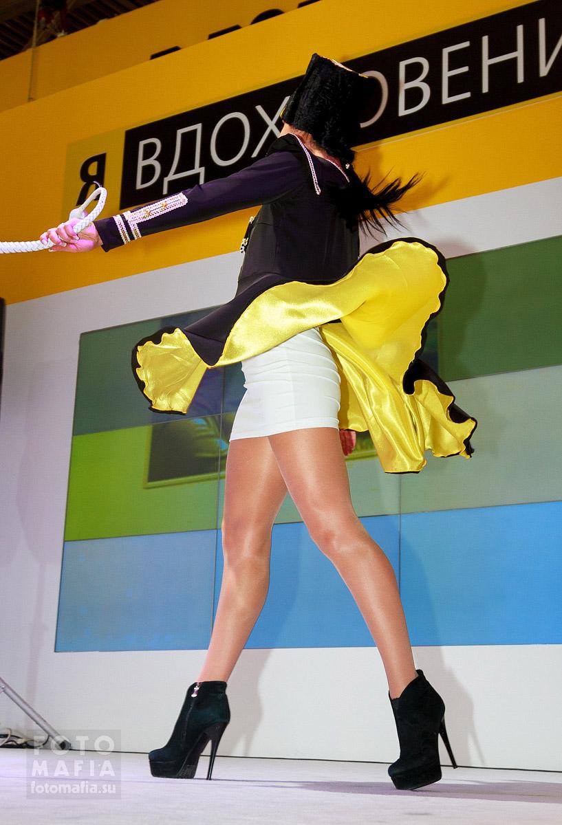 Девушка в мини платье и блестящих колготках