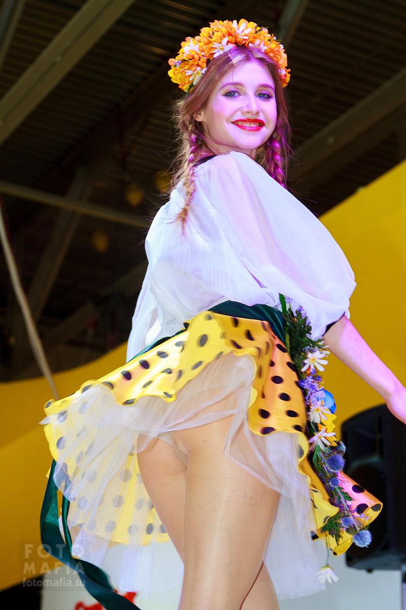 Девушка в мини-юбке светит трусиками