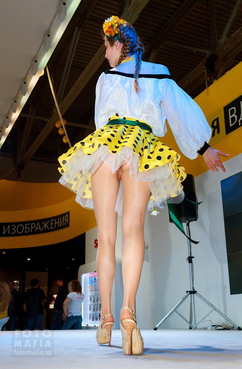 Upskirt-шоу на стенде Nikon