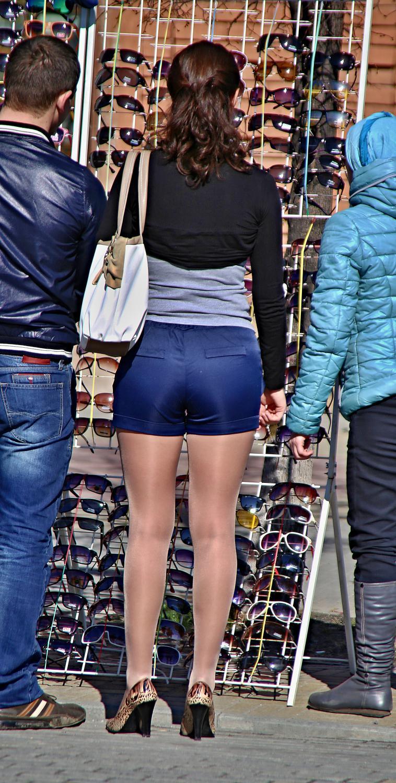 Девушки в шортиках и колготках