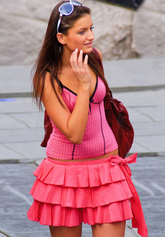 Девушка в мини юбке.