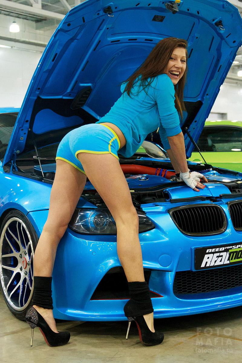 Девушка в мини-шортиках на каблуках