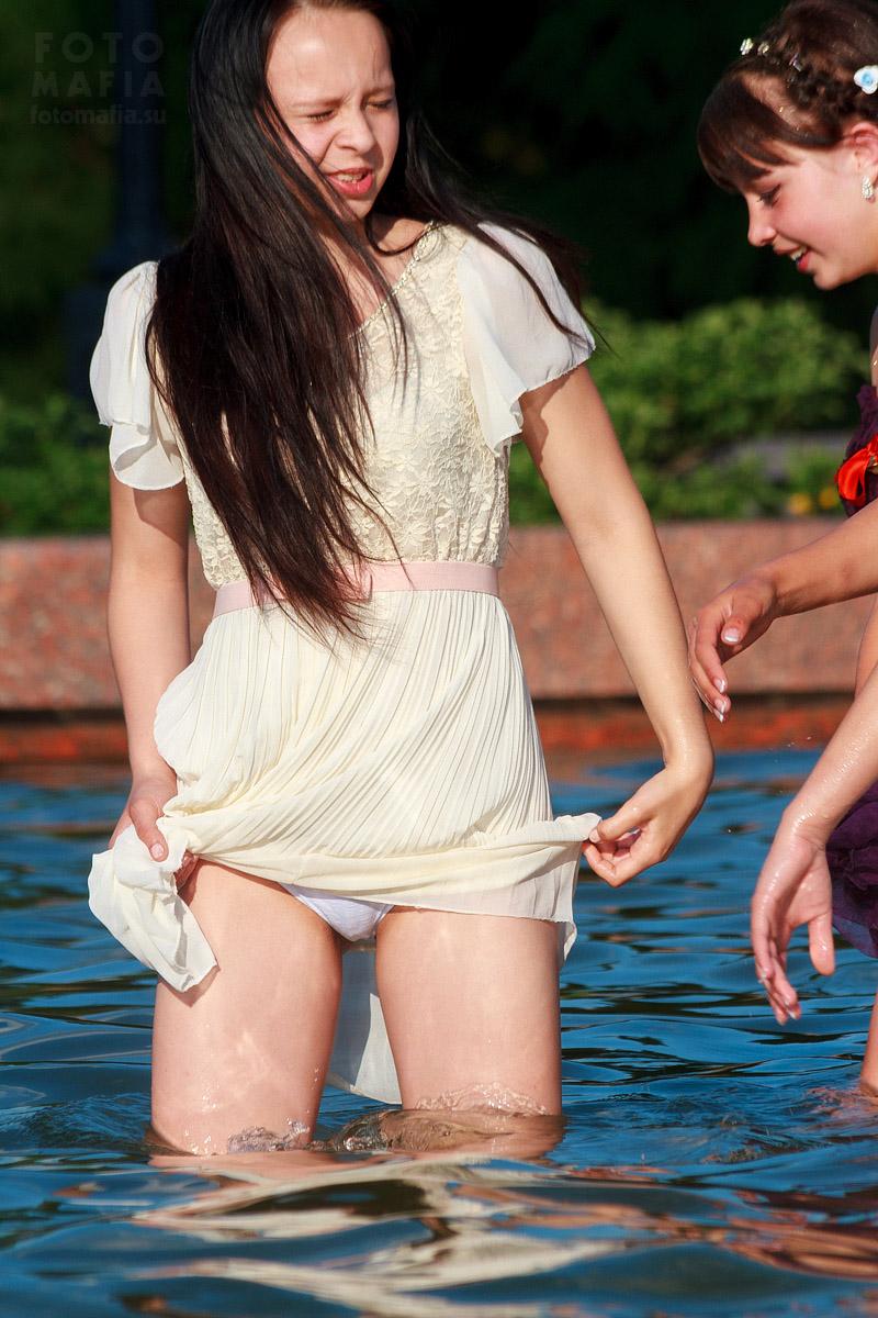 Выпускницы купаются в фонтане