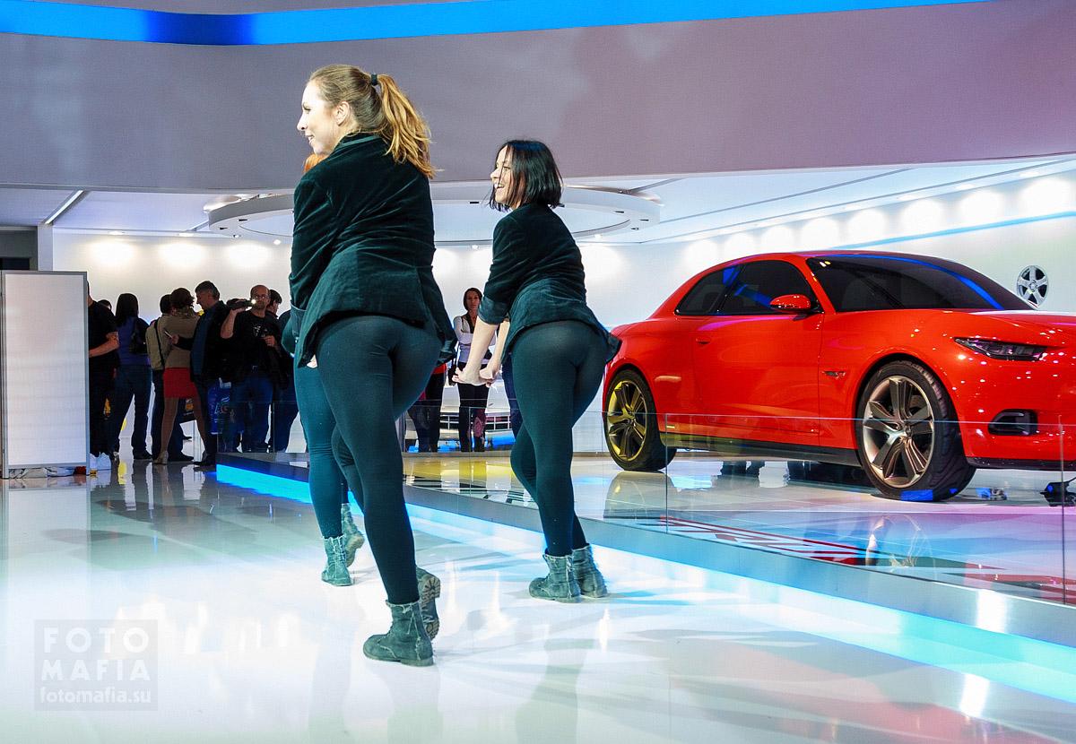 Танцующие девушки в леггинсах