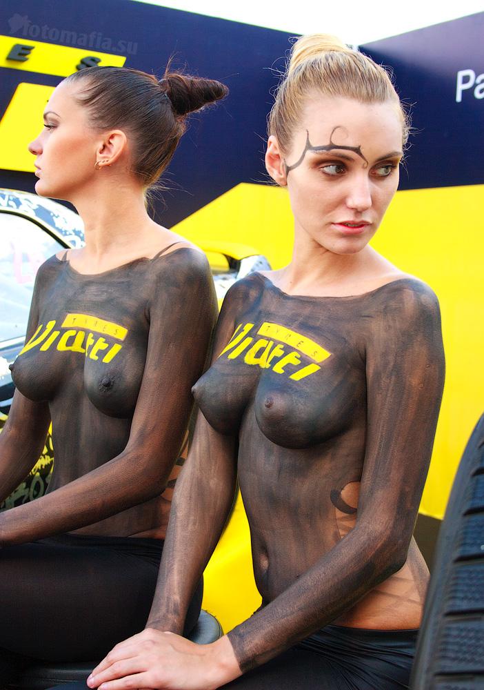 Девушки с красивой грудью в боди-арте