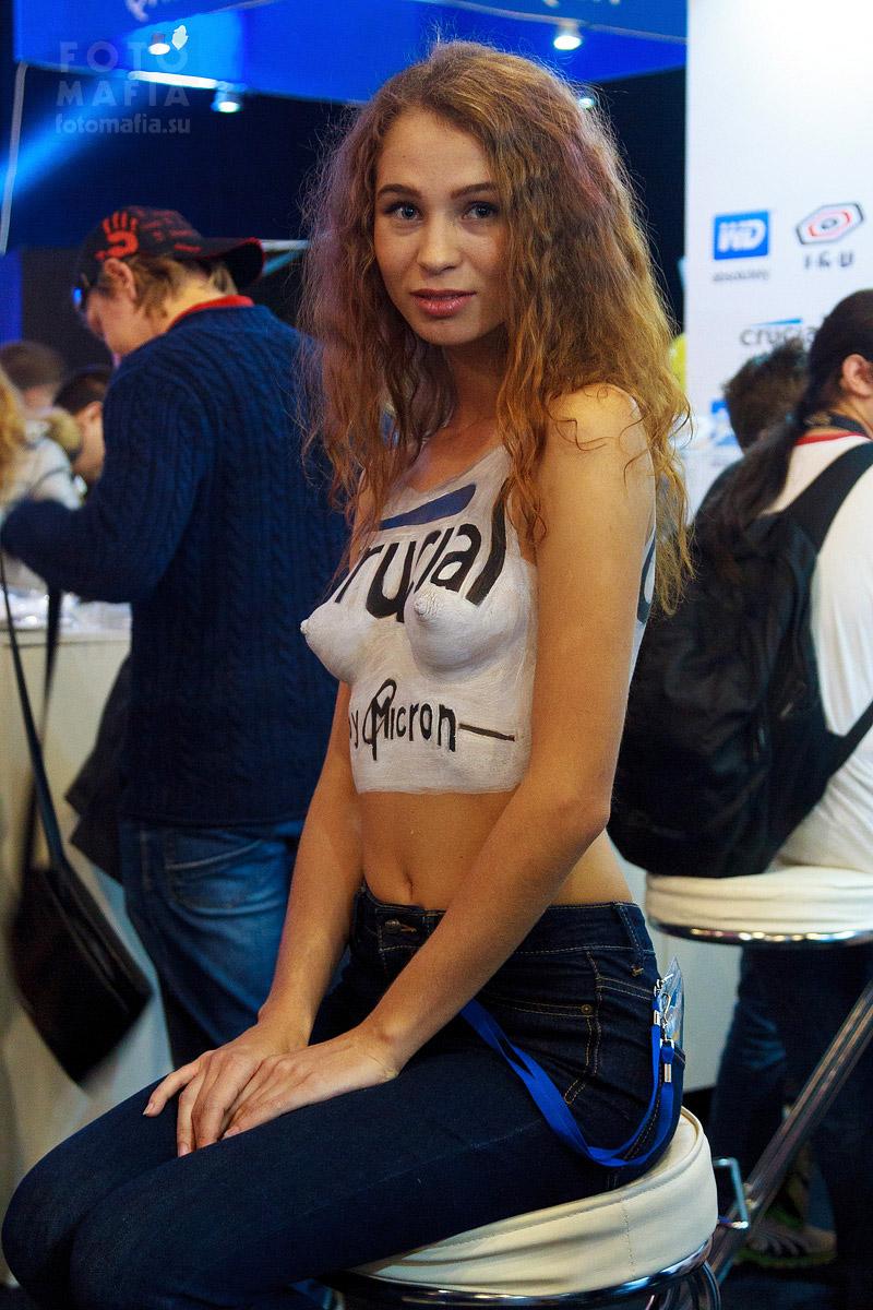 Топлес девушка на выставке Игромир 2014