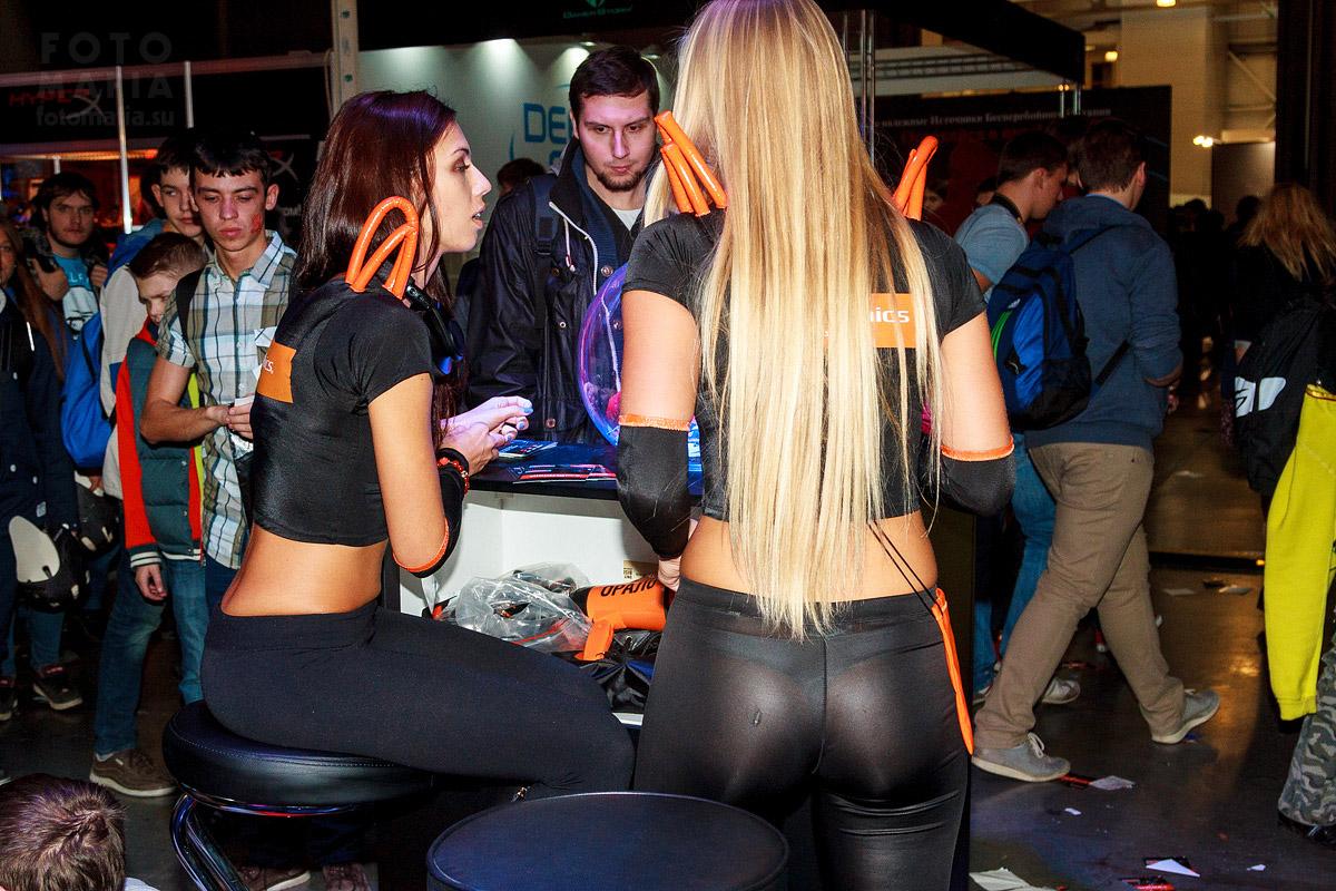 Девушка в прозрачных леггинсах на выставке Игромир 2014
