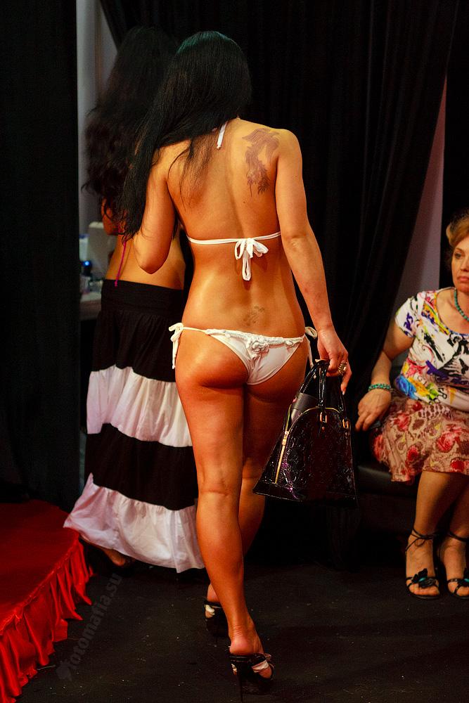 Девушка в бикини на X'show 2011