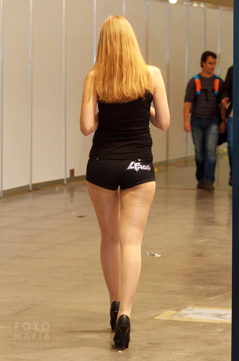 Девушка в шортиках и колготках на каблуках