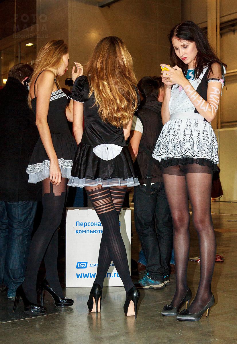 Девушки в колготках и коротких платьях