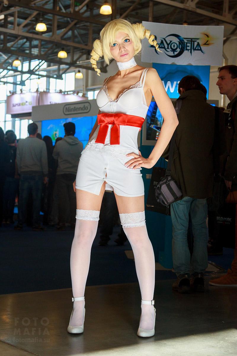 Девушка в чулках на выставке Игромир 2014