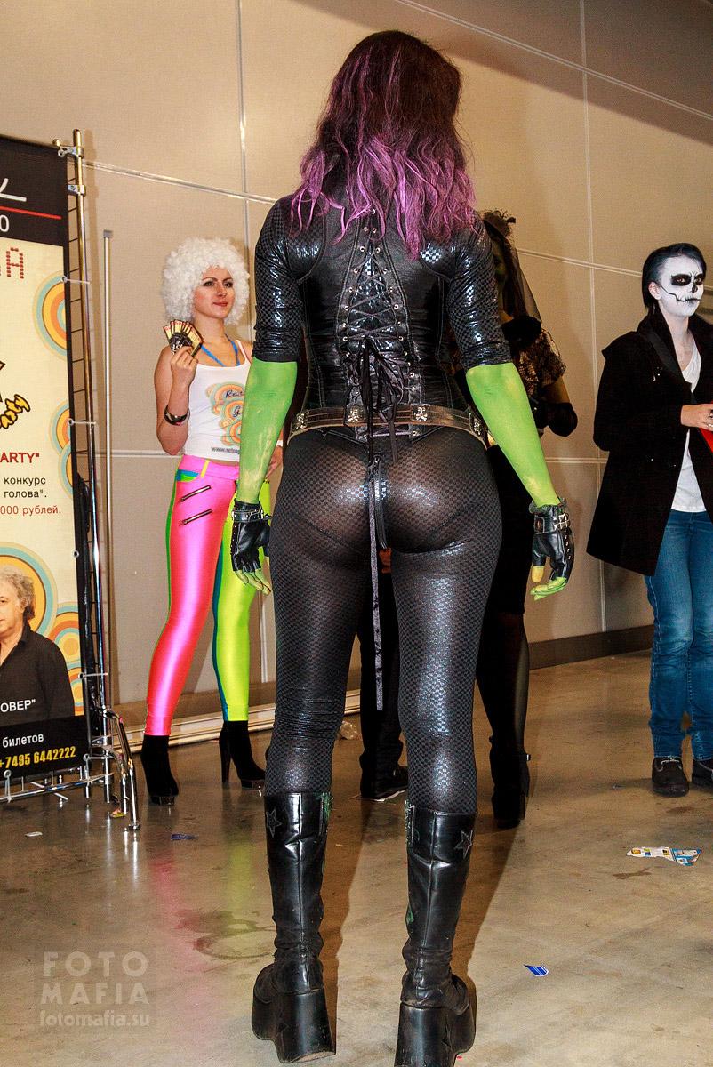 Девушка в прозрачном костюме