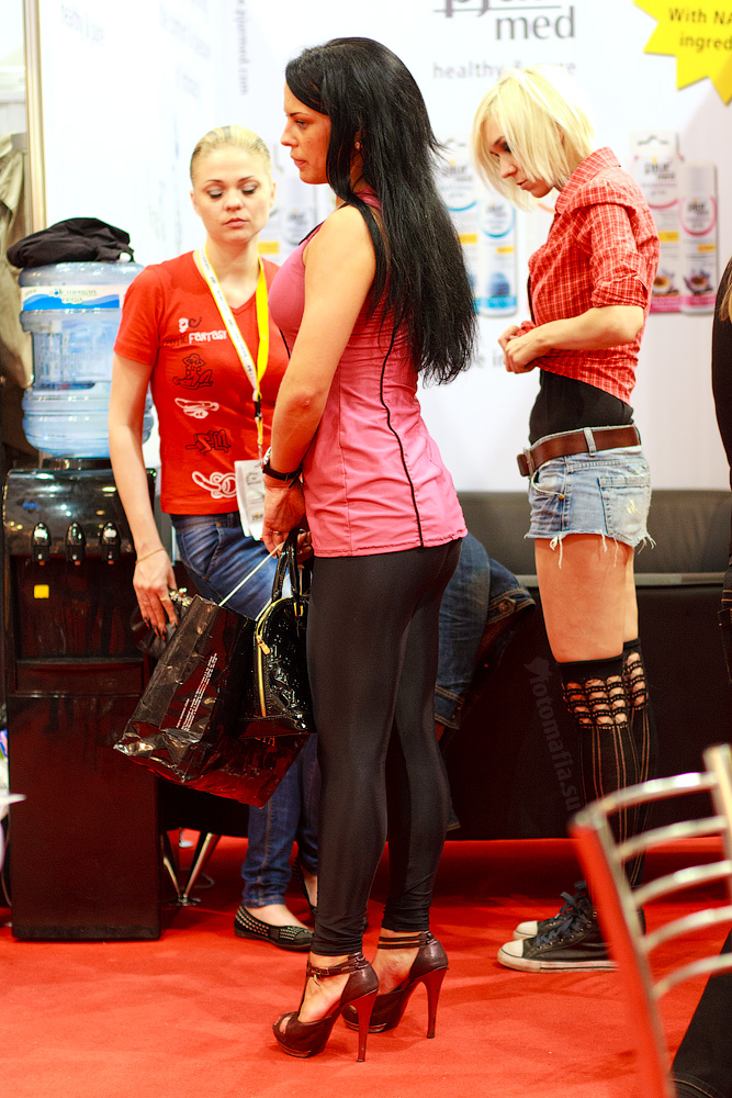 X'show 2011 - брюнетка в лосинах