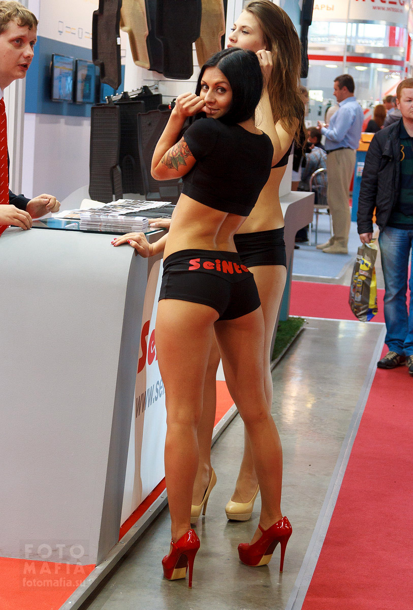 Девушка в мини-шортиках на шпильках