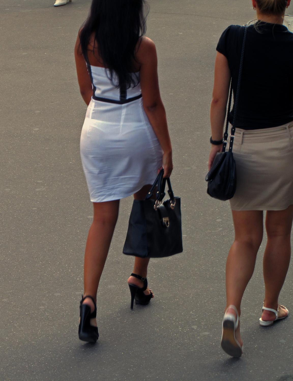 Трусики проглядывающие через одеждой 7 фотография