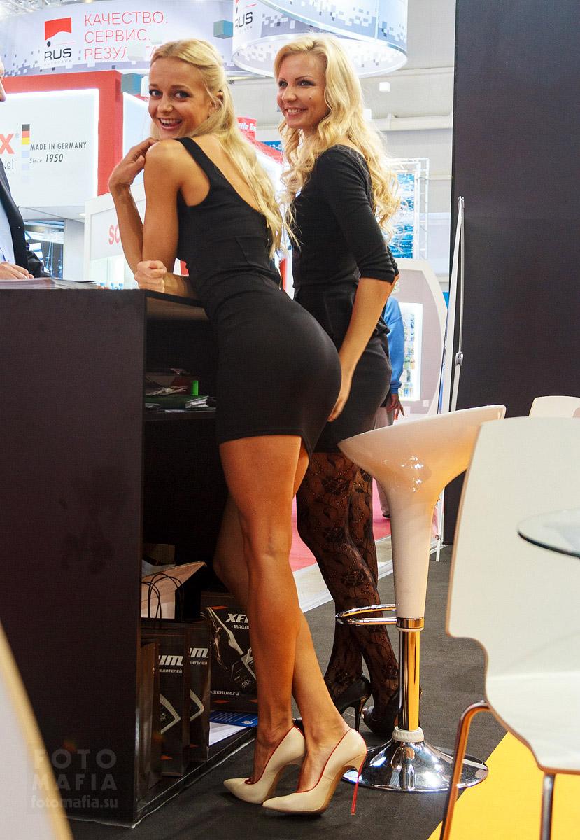 Длинноногие девушки в мини-платьях
