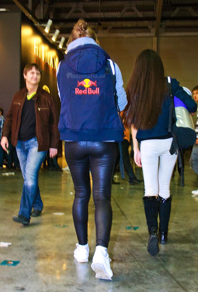 Девушка в леггинсах на Игромире 2011