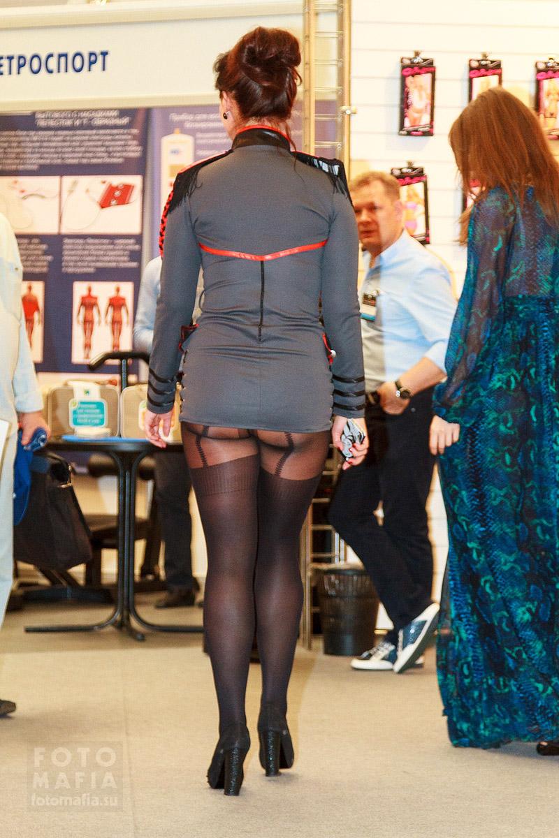 Девушка в ультра-мини в колготках, видно попу