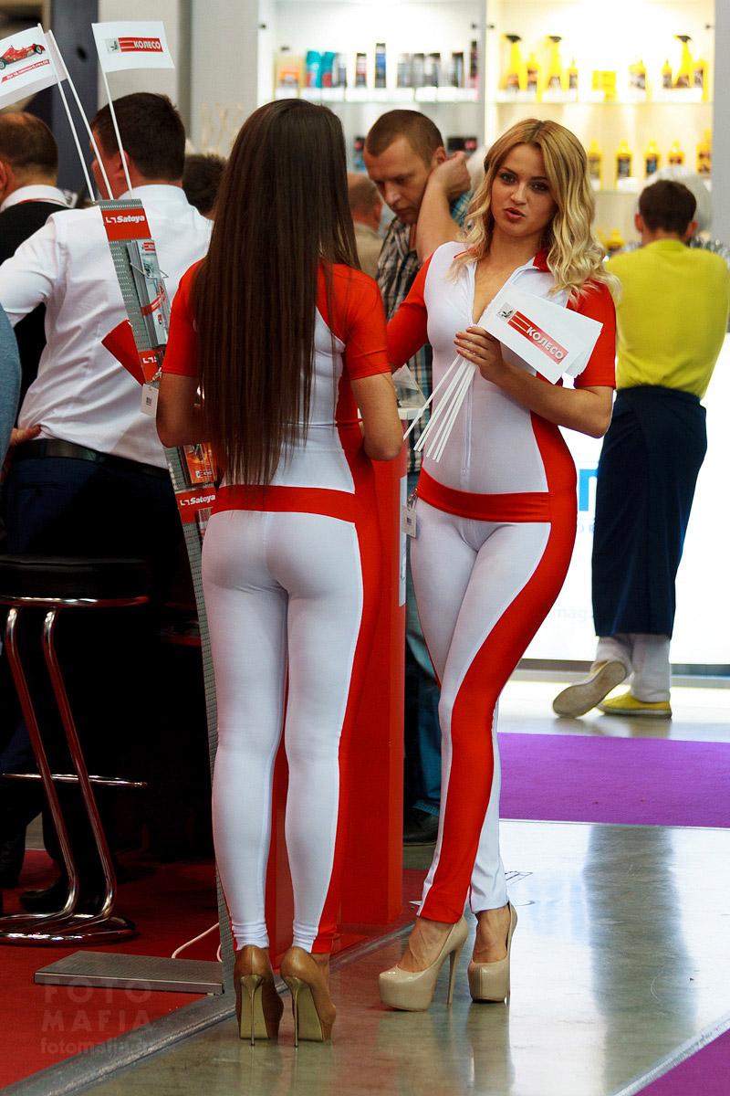 Девушки в обтягивающем на шпильках