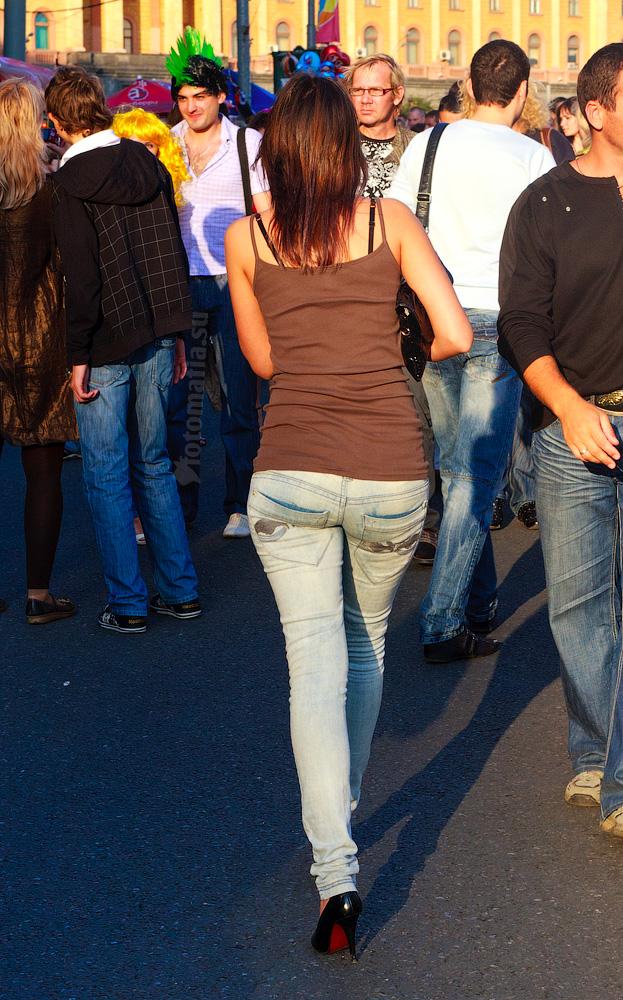 Женщины ходят по улицам с большими попками в джинсах фото
