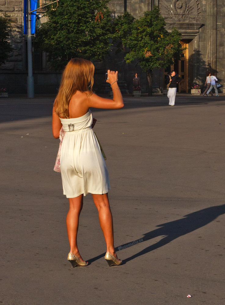 Ветер обтягивает попку девушки на улице.