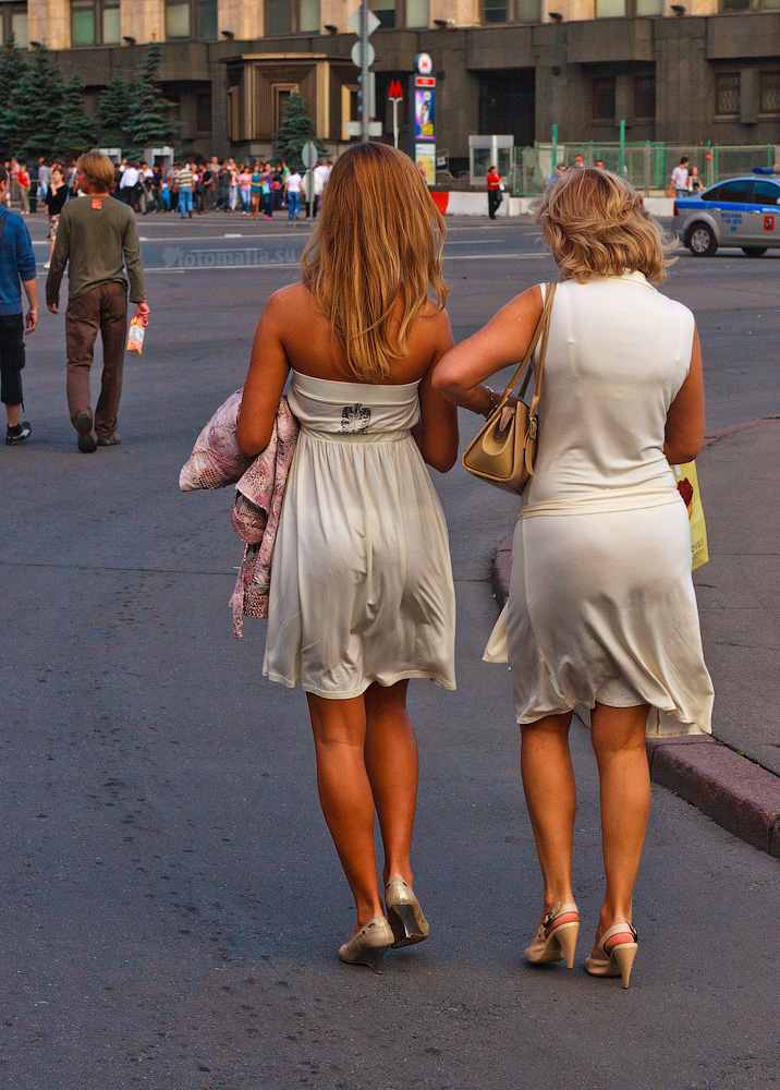 фото на улице без белья