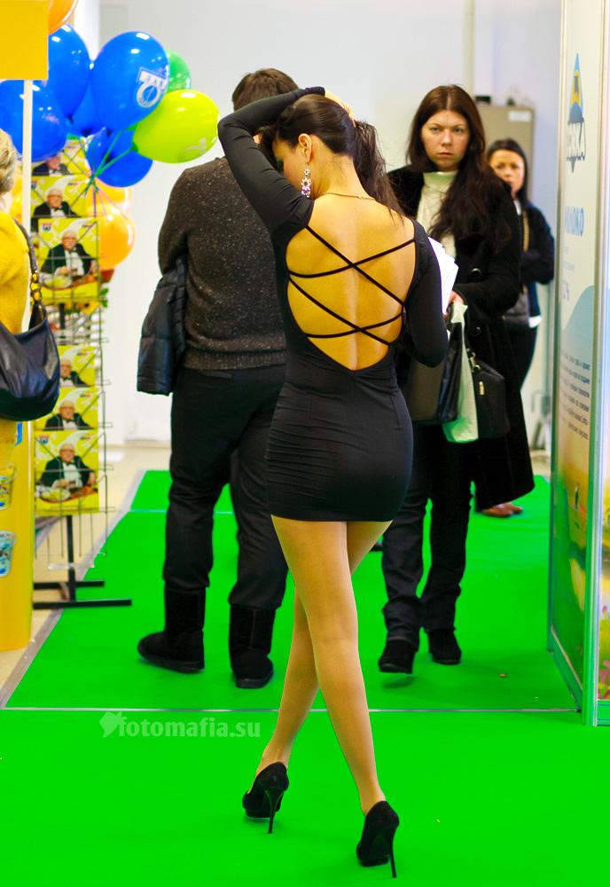 Девушка в мини на выставке Продэкспо 2012
