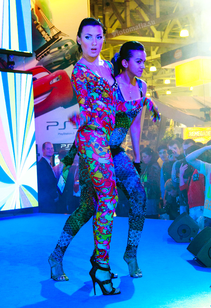 девушки go-go playstation на игромире 2011
