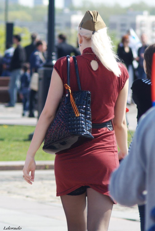девушка на улице в чулках