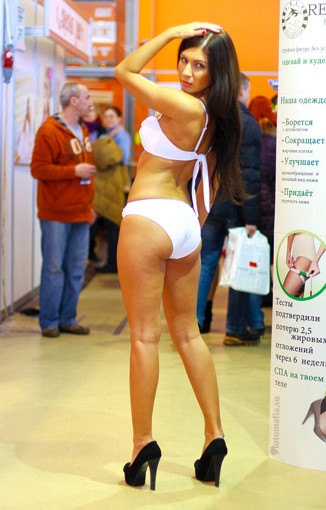 Модель в купальнике на выставке Текстильлегпром 2012