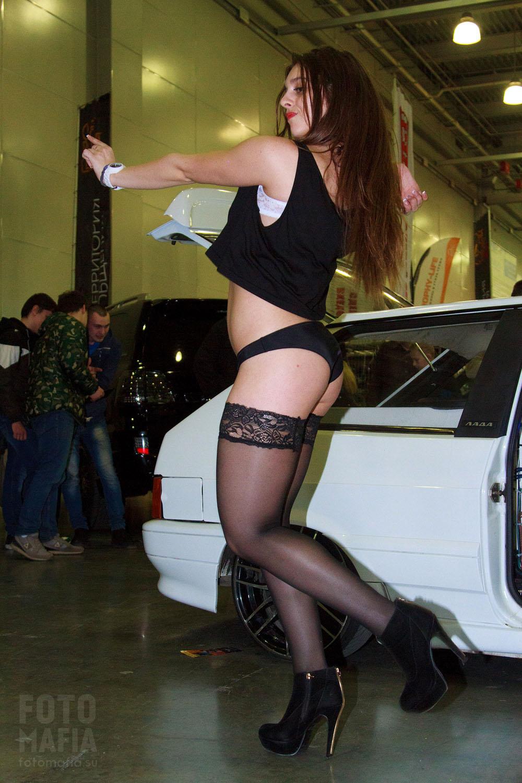 Девушка в чулках на каблуках