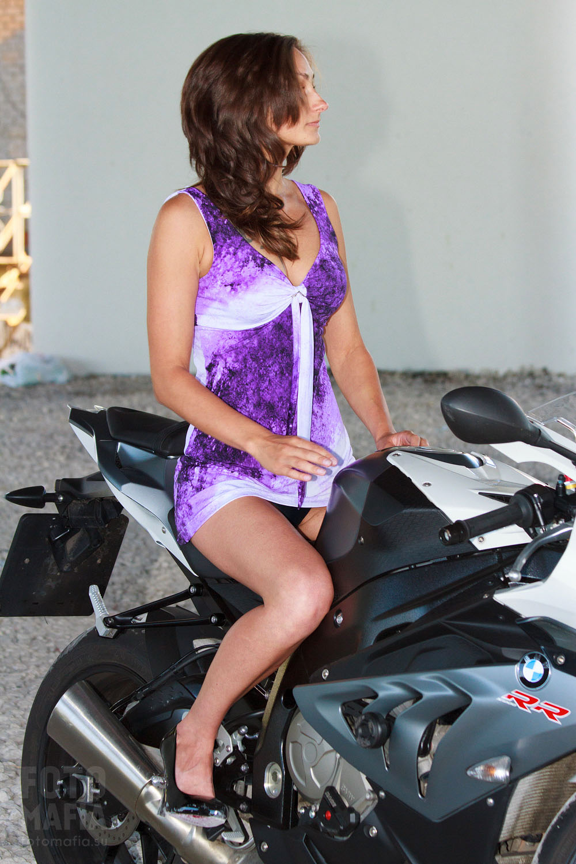 Девушка на мотоцикле в коротком платье