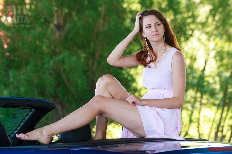 Модель позирует в мини-платье