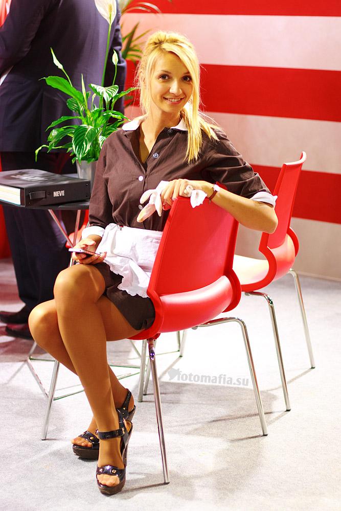 Девушка в костюме горничной